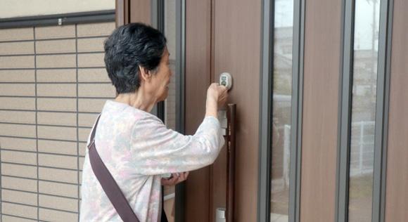 戸締まりするご婦人