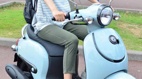 原付きバイクに乗る女性